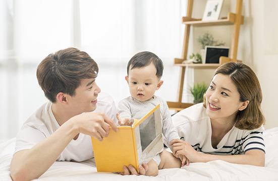 책읽고 있는 엄마,아빠와 아이