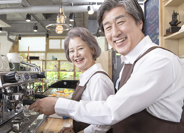 카페에서 일하며 웃고있는 사람들
