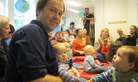 [사진1: 아빠 리차드와 딸 아이라, 유치원에서. 출처: The Guardian ]